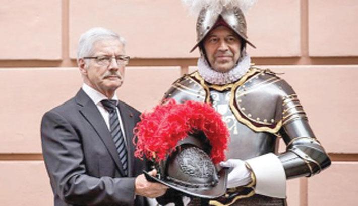 Pope's Swiss guard don 3D-printed helmets