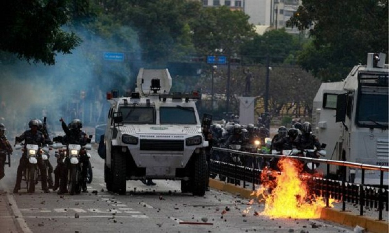 Venezuela crisis: Maduro cuts ties after US recognises opposition leader
