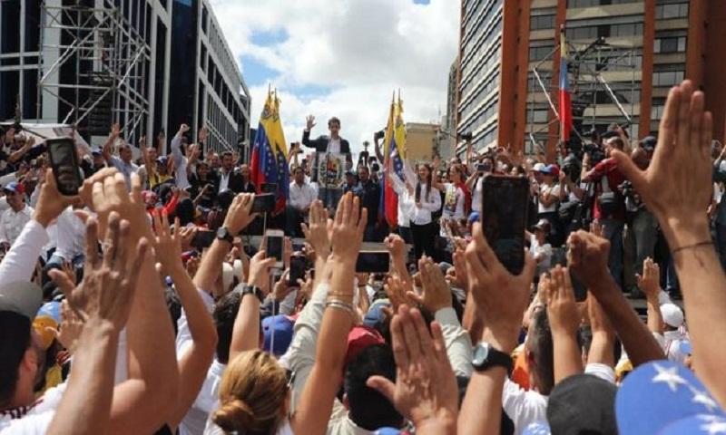 Juan Guaidó: US backs opposition leader as Venezuela president