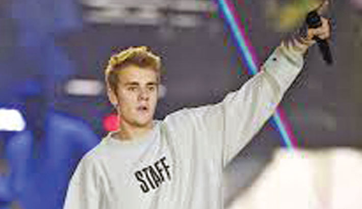 Justin Bieber draws flak for supporting Chris Brown