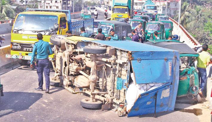 Traffic comes to a halt on one side of Akhtaruzzaman Chowdhury flyover