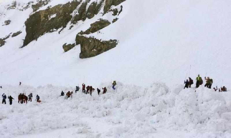 Crans-Montana: Rescuers hunt for skiers in Swiss avalanche