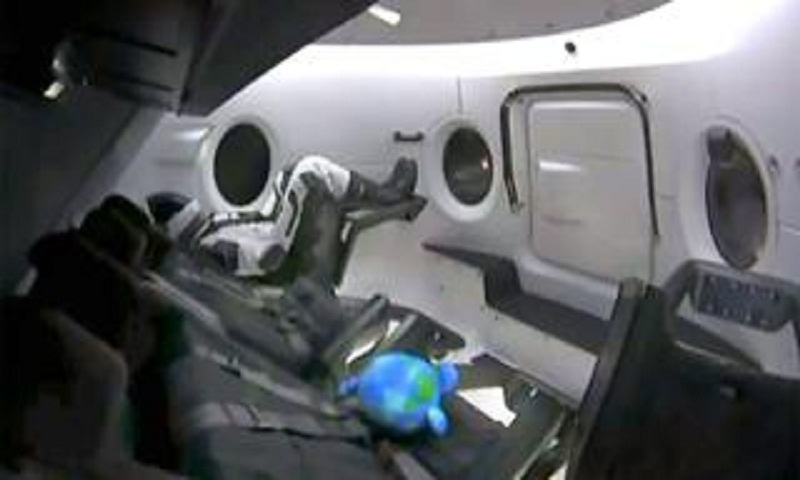 Dragon capsule heads for space station