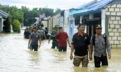 Flash floods, earthquake in Indonesia kill over 80