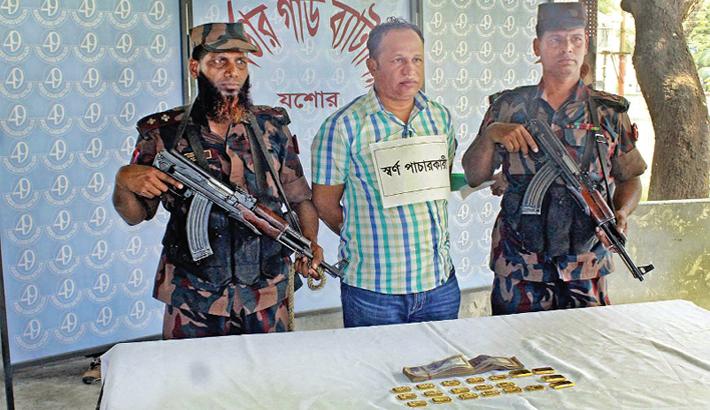 Gold smuggler arresting