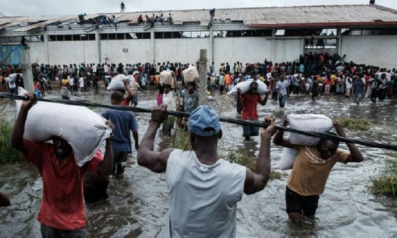Cyclone Idai: Rescuers race against time to reach survivors