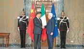 Italian President Sergio Mattarella (R) and Chinese President Xi Jinping shake hands
