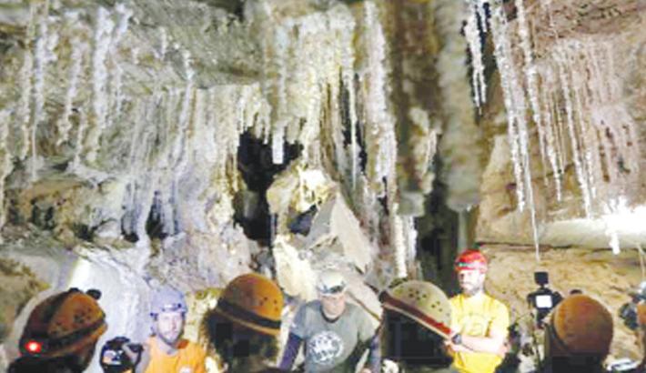 Israelis unveil 'world's  longest salt cave'