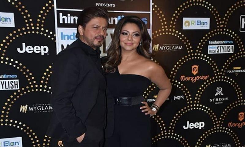 Shah Rukh Khan, wife Gauri Khan exchange cuddles and share each others' secrets