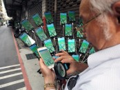 70-year-old hunts Pokemons with 24 phones on his bicycle