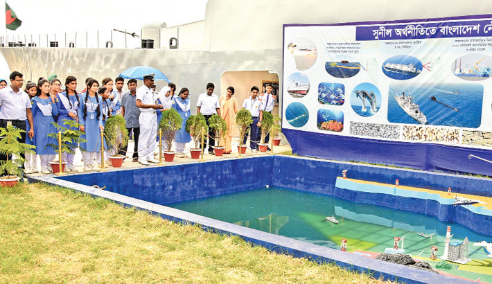 Students visit a Navy stall at Exhibition of War Weapons-2019