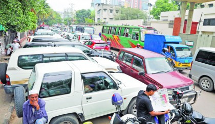 Illegal parking by VIPs causes traffic chaos