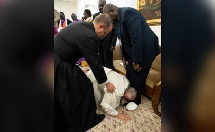 Pope Francis kisses feet of rival South Sudan leaders for peace