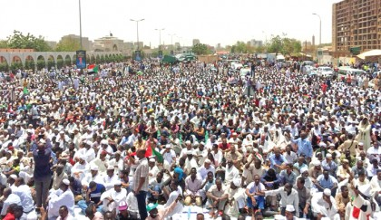 Sudanese defy curfew to  demand military rulers quit