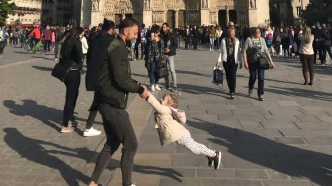 Notre-Dame: Hunt for 'dad and daughter' in photo goes viral