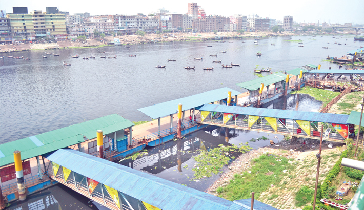 Workers' strike  paralyses  river route