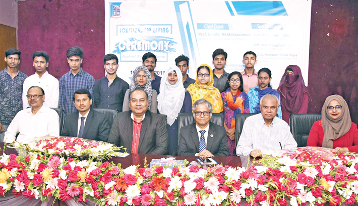 15 DU students get scholarship