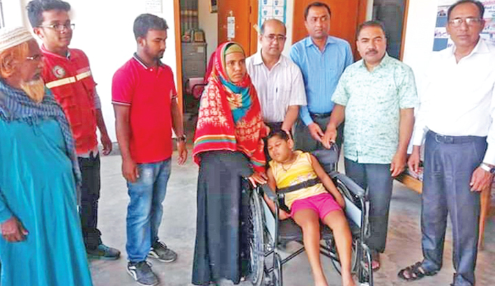 Distributes wheelchair among children with autism at Red Crescent