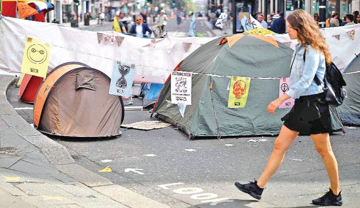 Climate change protesters halt London street blockade