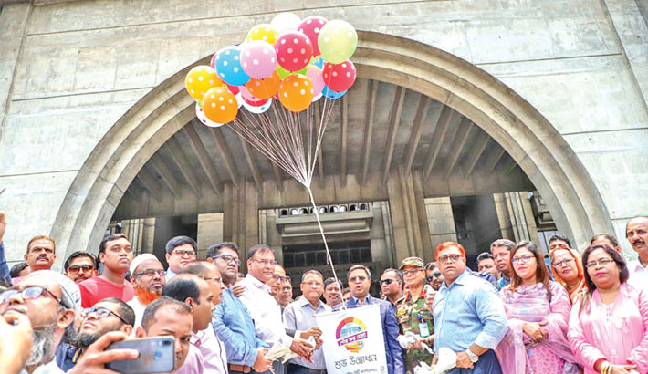 Dhaka South City Corporation Mayor Sayeed Khokon inaugurates the 12-day municipal tax fair by releasing balloons