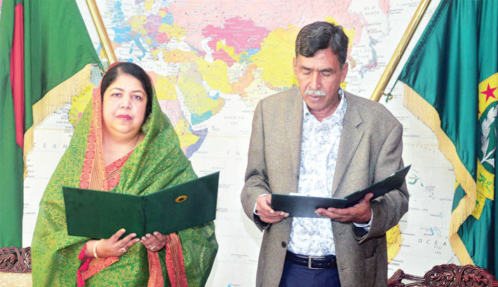 Speaker Dr Shirin Sharmin Choudhury administers oath to BNP MP-elect Zahidur Rahman Zahid from Thakurgaon-3 constituency