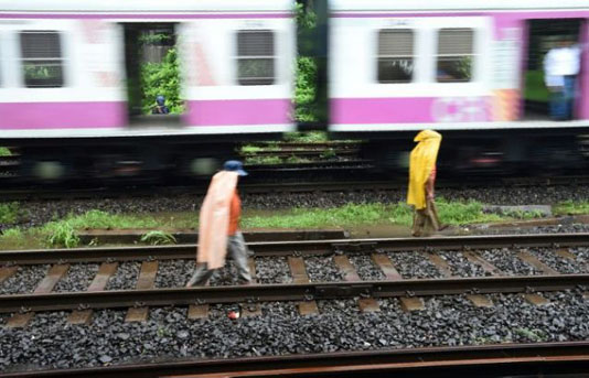 Three selfie-crazy Indian teens crushed by train