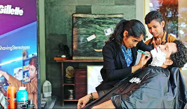 Sachin Tendulkar gets a shave from 'barbershop girls'