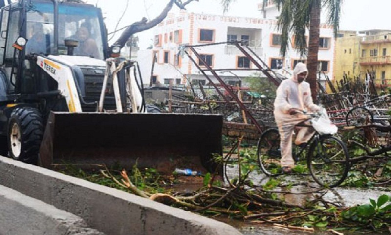 Cyclone targets major Indian city on coastal rampage