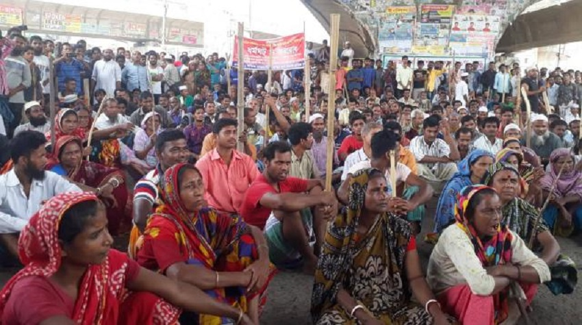Jute mill workers block Jatrabari intersection