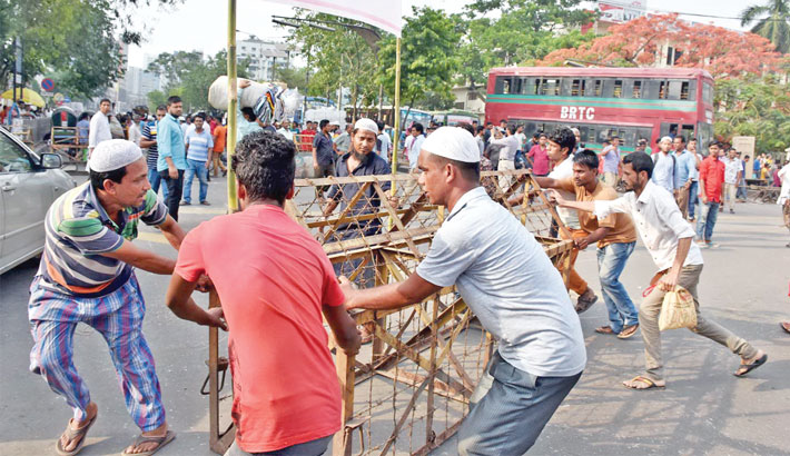Hawkers block roads in city