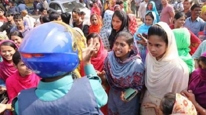 Garment workers block Pragati Sarani for salary arrears