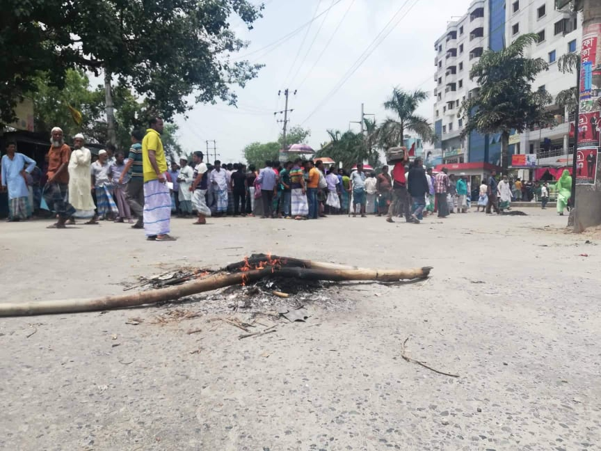 Jute mill workers block Demra road demanding arrears