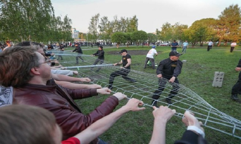 Activists storm Yekaterinburg park in protest against new church