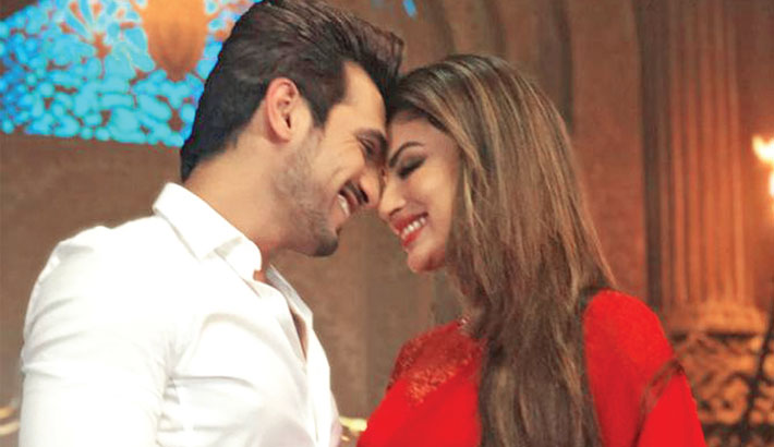Arjun, Mouni reunite  on sets of Naagin 3