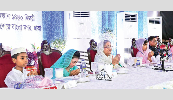 PM takes iftar with FFs, orphans