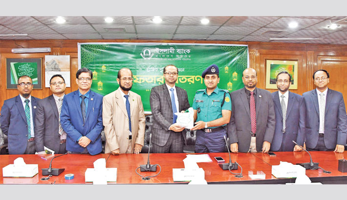 IBBL gives Iftar items to traffic police