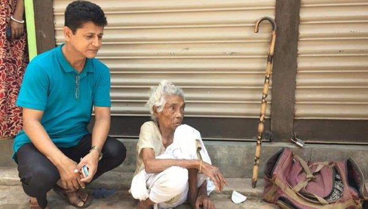 Son abandons 90-year-old mother on road
