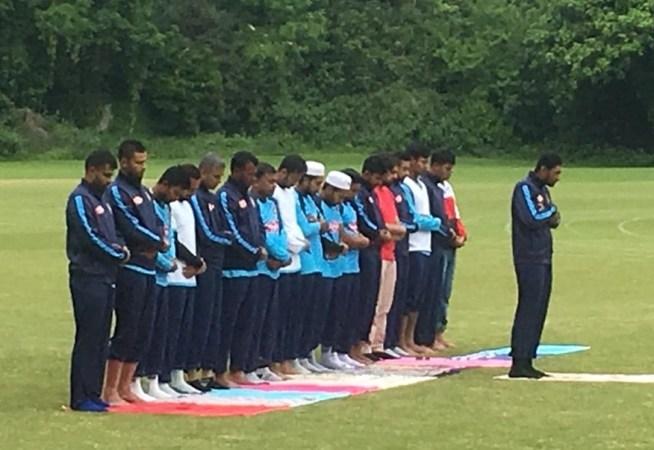 Bangladesh players offer Juma prayers in the field