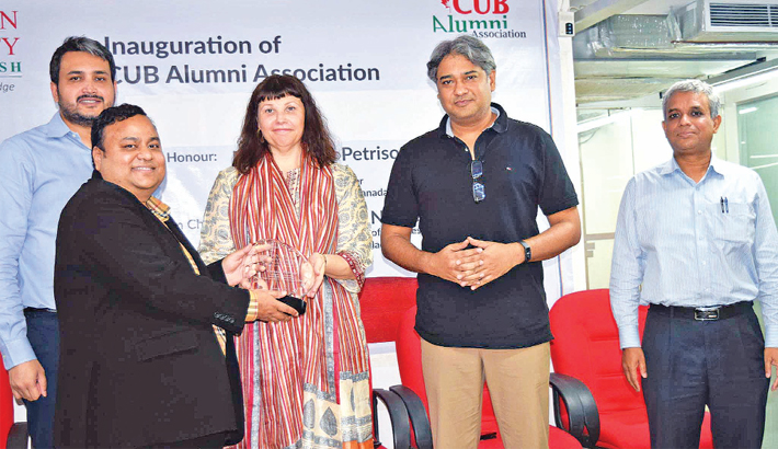 Dr Chowdhury Nafeez Sarafat hands over a crest to Corinne Petrisor