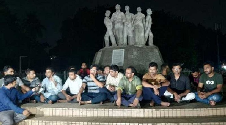 'Post-deprived' BCL activists on sit-in again at Raju Sculpture