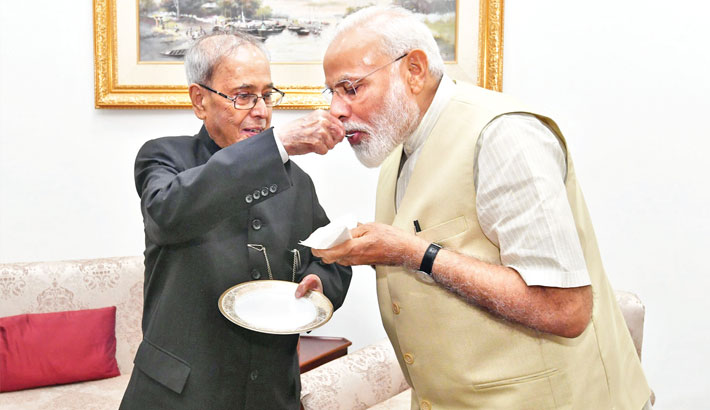 Modi meets Pranab, seeks advice on state affairs