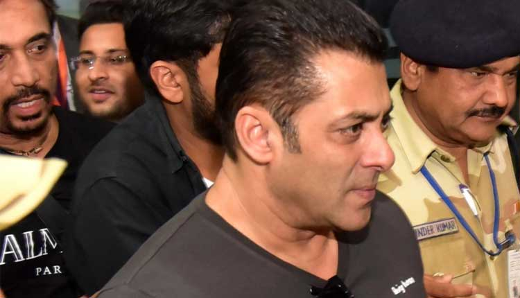 Salman Khan slaps security guard, cleaves netizens (Video)