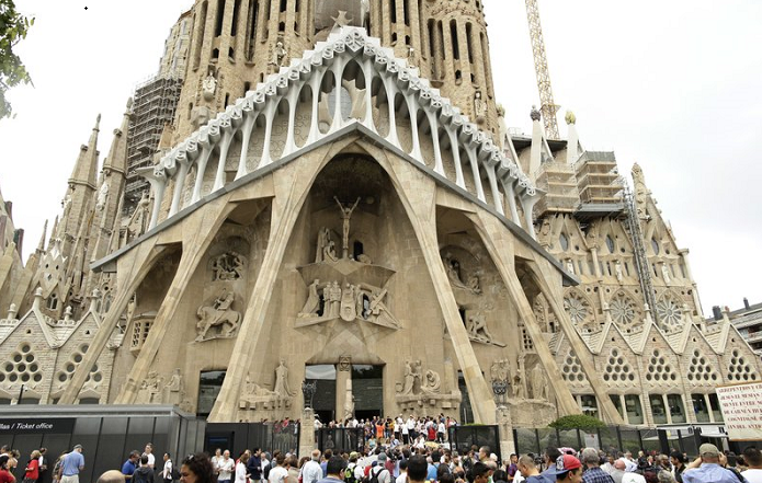 Unfinished Gaudí church gets permit after 137 years