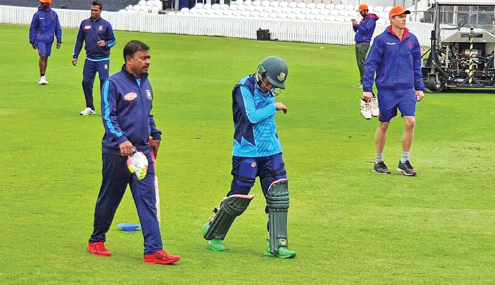 Mushfiqur suffers injury scare