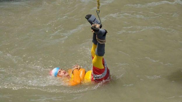Indian magician Chanchal Lahiri drowns attempting Houdini trick