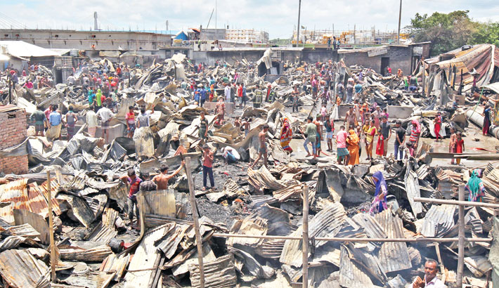 Devastating fire  guts 100 slum  houses in Ctg
