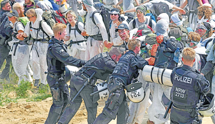 Policemen push back anti-coal activists