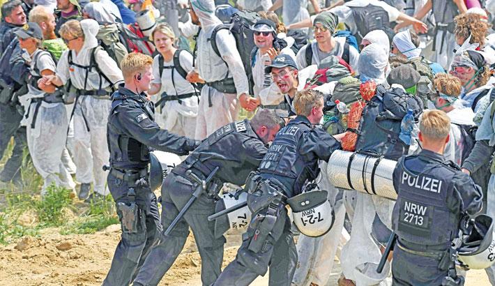 Policemen push back anti-coal activists