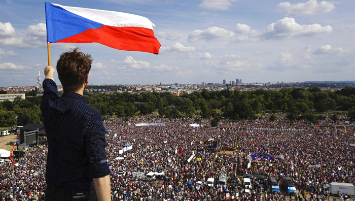 Crowd at huge Prague rally says Czech democracy is at risk