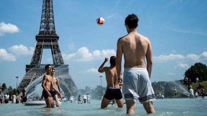 France heatwave: Paris region closes schools